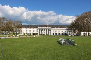 Bild einer Rasenanlage vor dem kurfürstlichen Schloss Koblenz